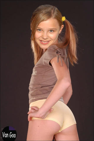 models Chloë Grace Moretz 22 years spicy snapshot in public