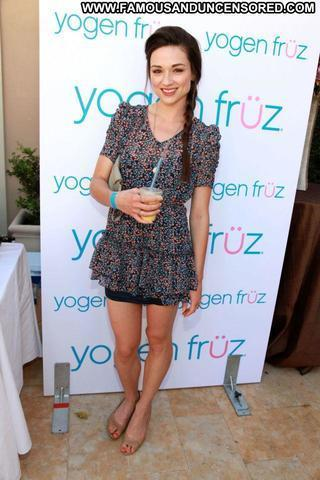 celebritie Crystal Reed 21 years uncovered photos beach