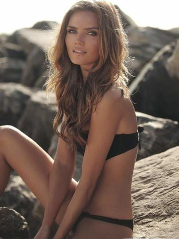 actress Kim Feenstra 18 years Without swimsuit photo in the club