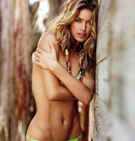 celebritie Doutzen Kroes 25 years bare-skinned art beach