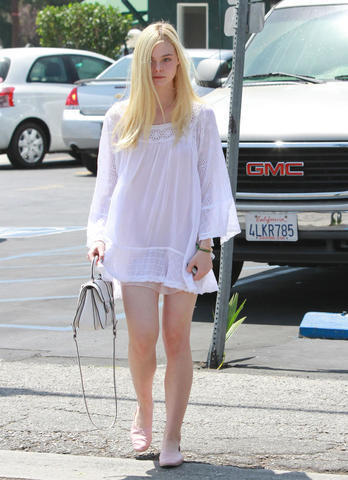 celebritie Elle Fanning 23 years stripped snapshot home