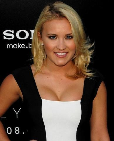 celebritie Emily Osment 23 years chest foto in the club