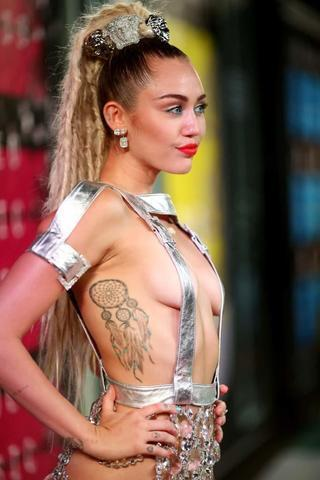 models Miley Cyrus 24 years carnal photo in the club