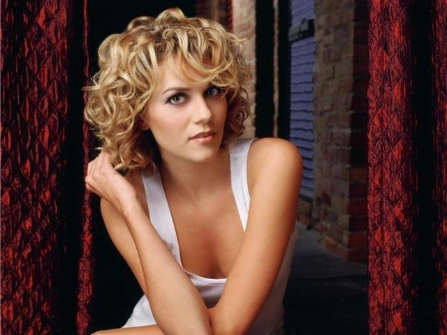 actress Hilarie Burton 25 years raunchy photography in public