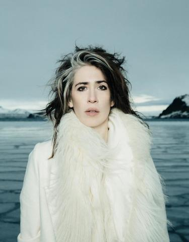 celebritie Imogen Heap young nudity foto in public