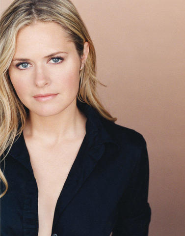celebritie Maggie Lawson 18 years sky-clad photoshoot home