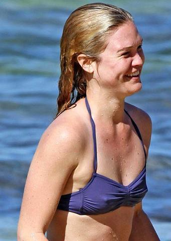 celebritie Julia Stiles 24 years Without swimming suit foto in the club