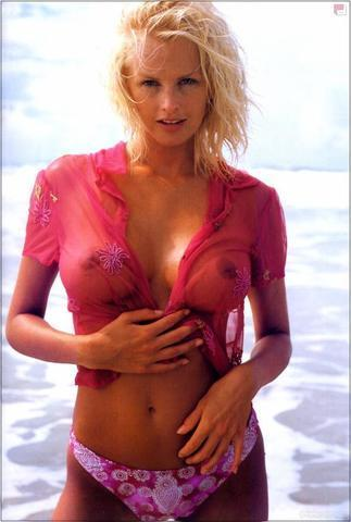 celebritie Kylie Bax 20 years Without bra pics beach