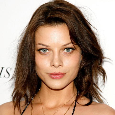 celebritie Lauren German 21 years Sexy foto in the club