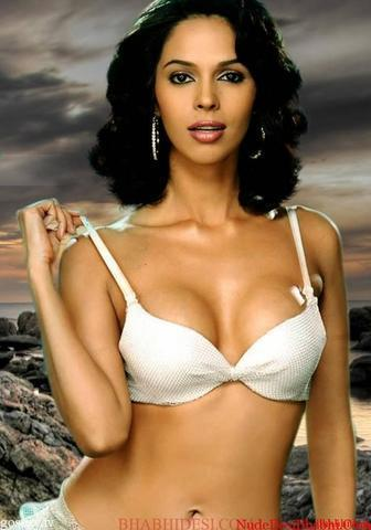models Mallika Sherawat 23 years breasts foto in the club