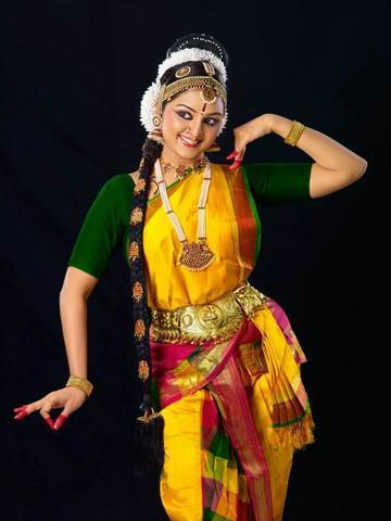 models Manju Warrier 19 years bared photo in the club