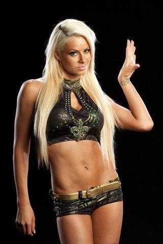 celebritie Maryse Ouellet Mizanin 24 years bare-skinned photography in the club