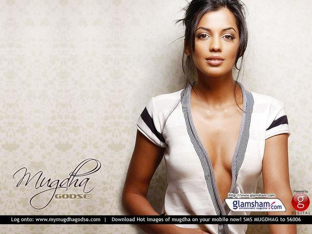 actress Mugdha Godse 20 years bared photoshoot in the club