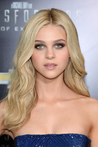 celebritie Nicola Peltz 25 years sensual pics beach