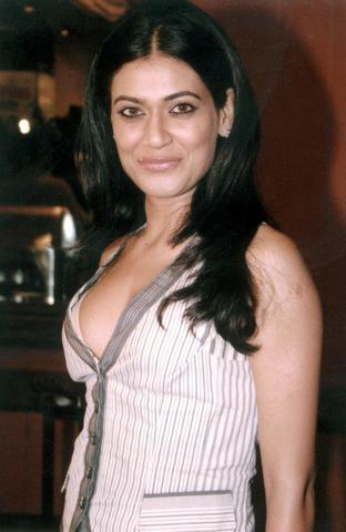celebritie Payal Rohatgi 22 years swimming suit image in public