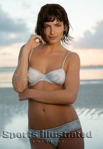 celebritie Alyssa Miller 25 years salacious picture in public