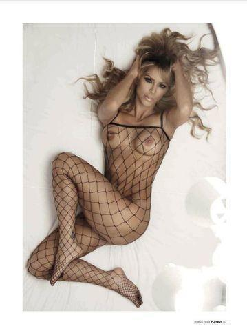 models Aylín Mujica 21 years uncovered art beach