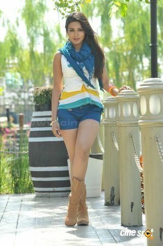 actress Catherine Tresa young natural foto in public