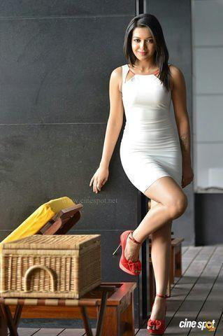 celebritie Catherine Tresa 18 years mammilla pics in the club