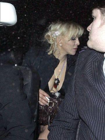 actress Courtney Love 24 years obscene image in the club