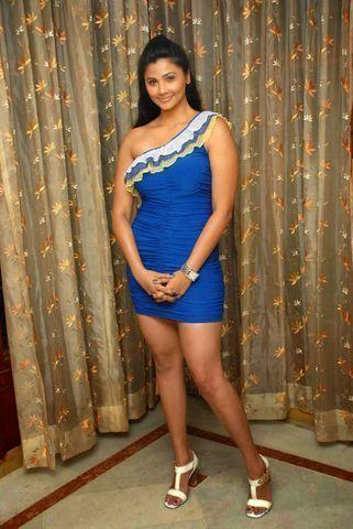 celebritie Daisy Shah 20 years prurient photos in public