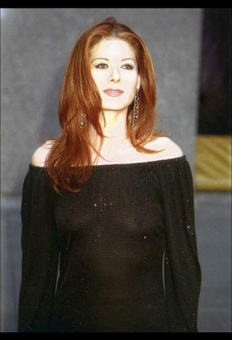 celebritie Debra Messing 20 years Hottest foto in the club