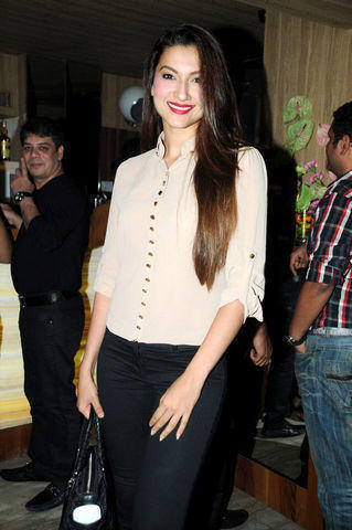 celebritie Gauhar Khan 23 years bareness image in public