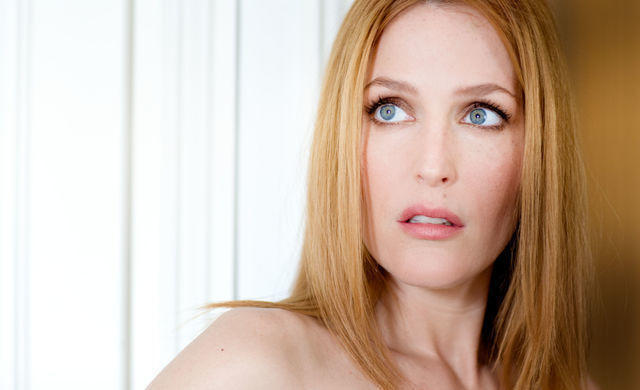 actress Gillian Anderson 25 years disclosed pics in the club