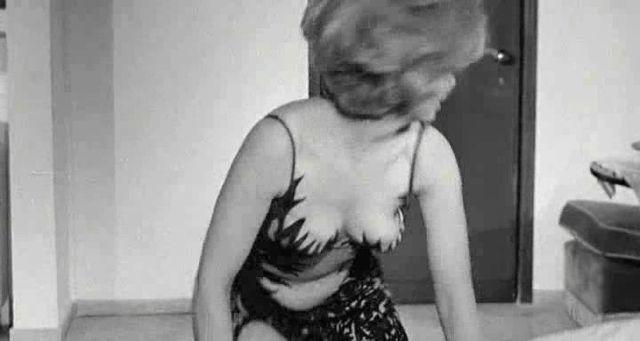 celebritie Gina Lollobrigida 21 years Without camisole photos beach
