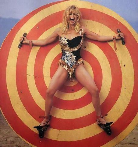 celebritie Goldie Hawn 20 years obscene pics in the club