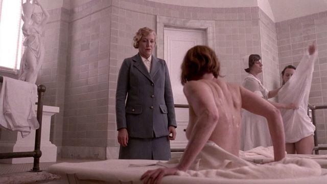 celebritie Gretchen Mol 19 years stripped pics in public