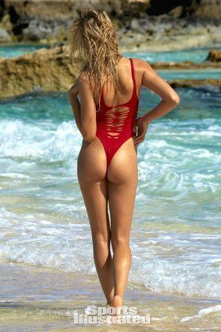 actress Hailey Clauson 22 years unmasked picture beach