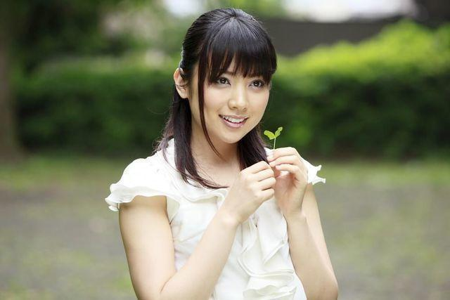 celebritie Haruna Ito 22 years fleshly picture in public