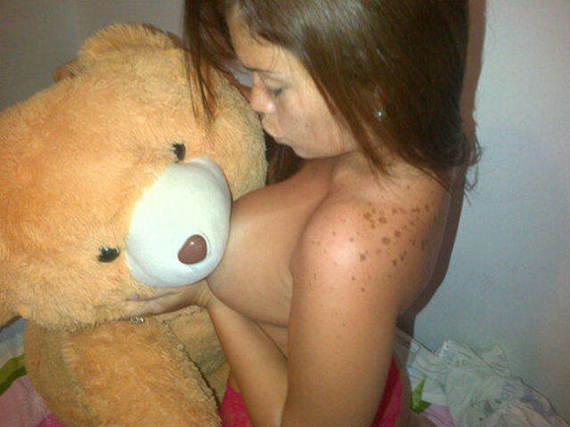 celebritie Jennifer Aboul 21 years bust foto home