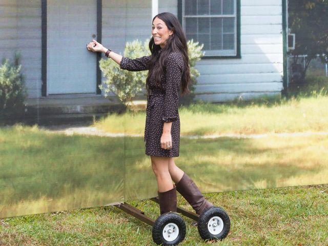 celebritie Joanna Gaines young unexpurgated art in public