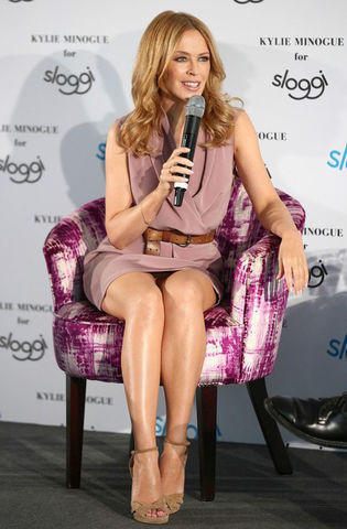 actress Kylie Minogue 22 years spicy photo in public