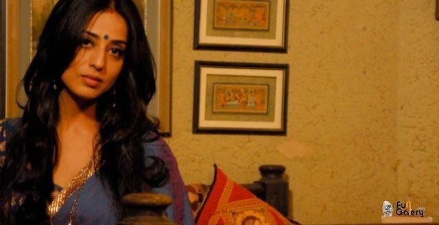 celebritie Mahie Gill 24 years bust photo in public