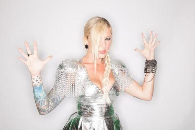 models Maria Brink 24 years sky-clad photos in public