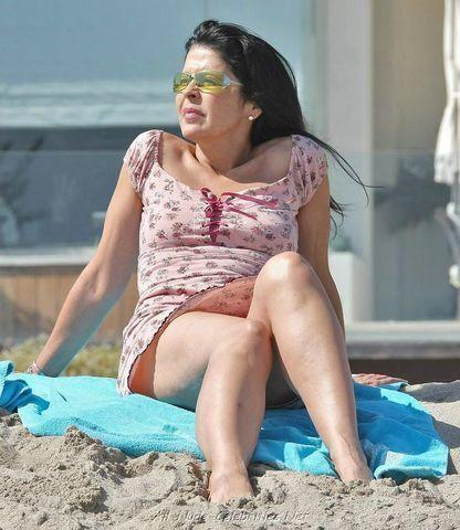 celebritie Maria Conchita Alonso 19 years Without brassiere image in public