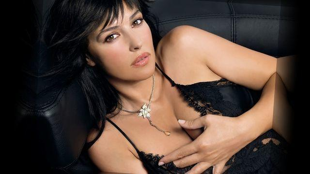 actress Monica Bellucci 19 years indelicate photography beach