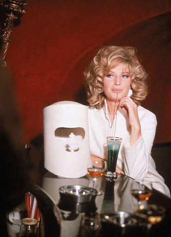 actress Monica Vitti 20 years sensuous photo in the club