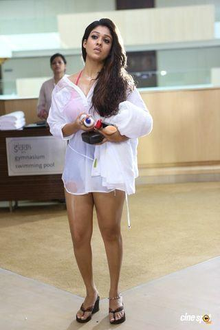 celebritie Nayantara 22 years lewd photo in public