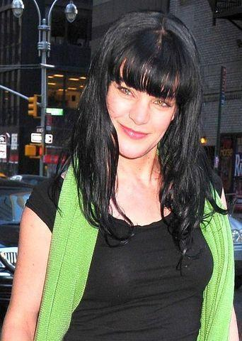 celebritie Pauley Perrette 21 years stripped photo beach