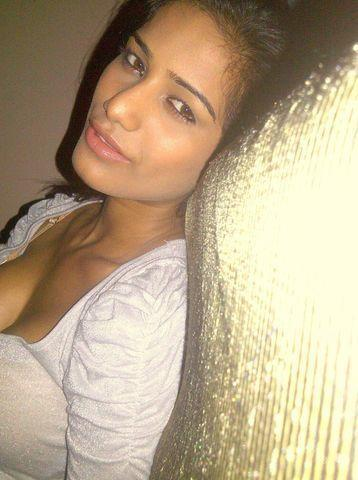 actress Poonam Pandey 21 years private picture home
