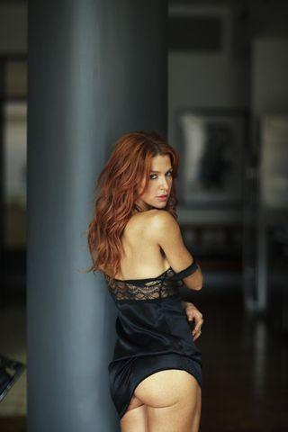celebritie Poppy Montgomery 21 years flirtatious pics in public