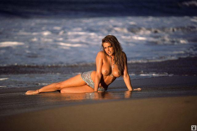 models Sandra Taylor 21 years sensual image beach