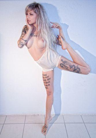 celebritie Sara Fabel 22 years sky-clad image in the club