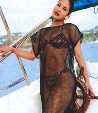 celebritie Selena Quintanilla 25 years sensual picture in public