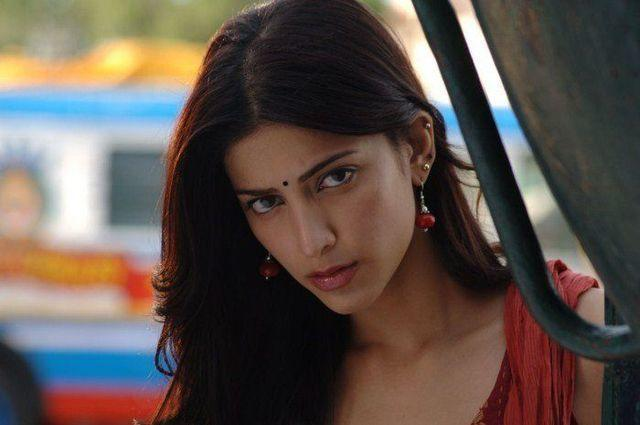 actress Shruti Haasan teen bared pics in public