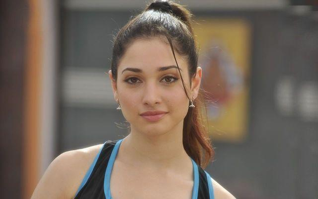 celebritie Tamannaah 22 years Without bra foto home